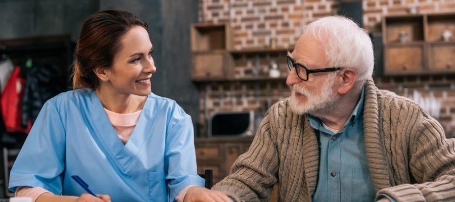 vale-a-pena-contratar-um-cuidador-de-idosos.jpeg