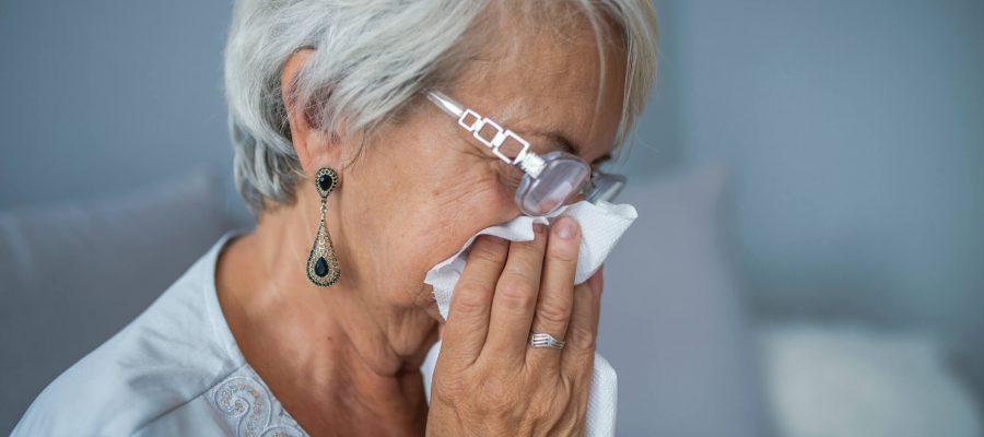 saiba-o-que-e-e-quais-os-sintomas-da-rinite-alergica-em-idosos.jpeg