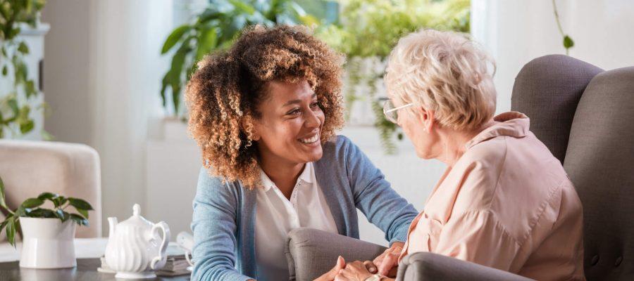 vantagens-de-contar-com-um-profissional-para-o-acompanhamento-de-idosos.jpeg